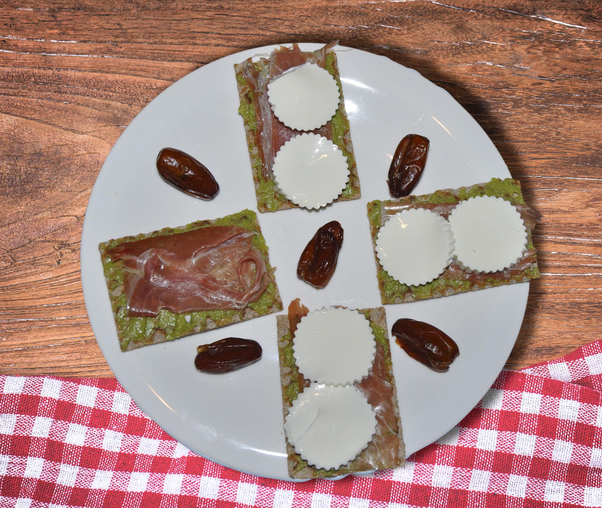 imagen blog FaWellness | Desayuno sabroso y sano con tostadas de centeno, jamón serrano, queso, guacamole y dátiles